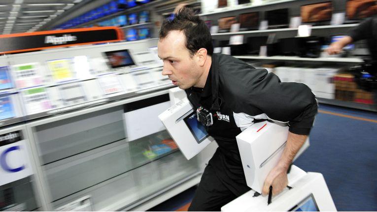 """Wer bei """"All You Can Schlepp"""" den höchsten Warenwert aus dem Saturn-Markt trägt, darf die Produkte behalten."""