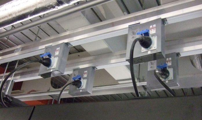 Aufgeräumt: Die Stromverteilung per Schiene an der Decke des Rechenzentrums ist effizient und flexibel.
