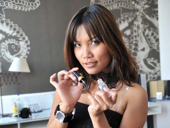 Wie reagiert man, wenn eine hübsche Asiatin neben einem Platz nimmt? (Foto: TOM/Fotolia.com)