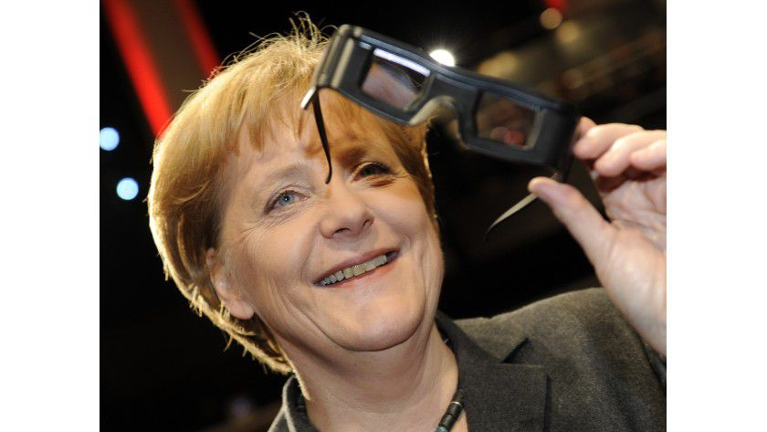 Angela Merkel machte der CeBIT-Start offenbar Spaß: Das Eröffnungs-Video verfolgte die Bundeskanzlerin in 3D.