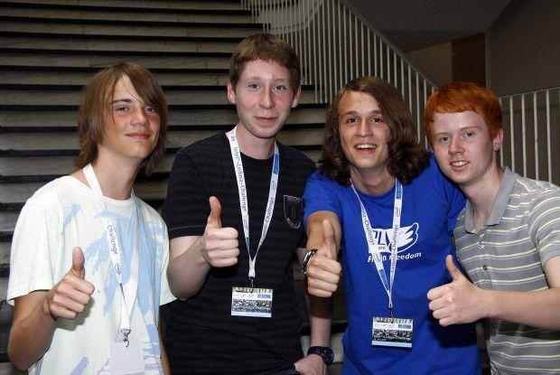 """Gewinner-Team 2009: """"no name"""" (Jörn Rath, Heiko Beck, Florian Kluger und Tobias Bothe - von links). Das Team war aus einer 10. Klasse des Georg-Büchner-Gymnasiums in Seelze-Letter in Niedersachsen."""