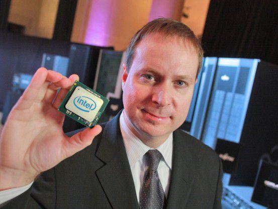 Intel-Manager Kirk Skaugen mit einem Xeon 7500