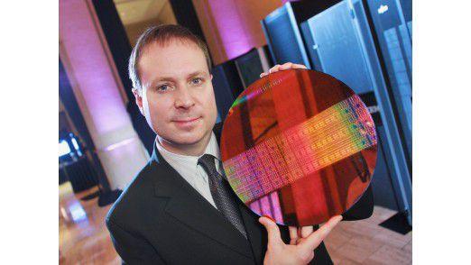 Intel-Manager Kirk Skaugen (hier mit einem Xeon-7500-Wafer)