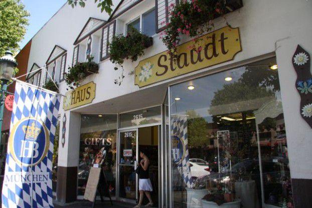 """Tatort: """"Gourmet Haus Staudt"""", ein deutscher Biergarten im sonnigen Redwood City in Kalifornien."""
