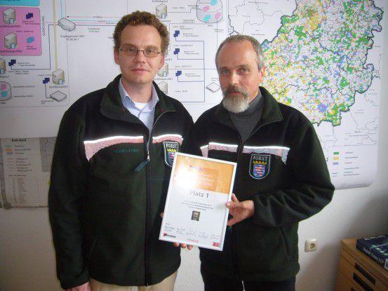 Projektleiter Stephan Karger (im Bild rechts) und IT-Service-Manager Eike Zink nehmen die Urkunde über den 1. Platz in Germany's Best Database Project 2010 entgegen.