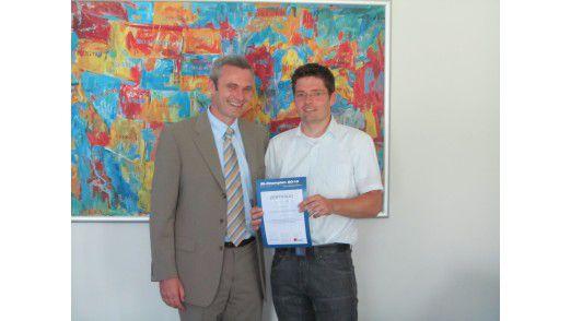 Sebastian Köffer von SIS (rechts) hat es allen gezeigt. Er nimmt von Actinium-Chef Klaus Hüttl die Urkunde entgegen: BI-Champion 2010