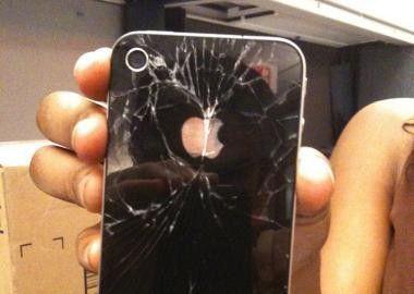 iPhone 4: Schutzhüllen können zu Glasschäden führen.