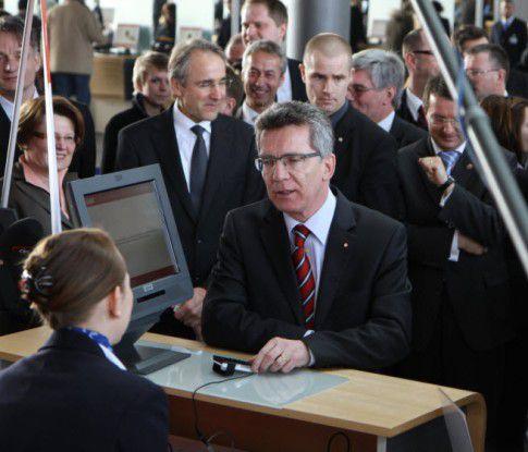 Bundesinnenminister Thomas de Maiziere verschafft sich kostenlosen Zugang zur CeBIT- mit dem ePerso.