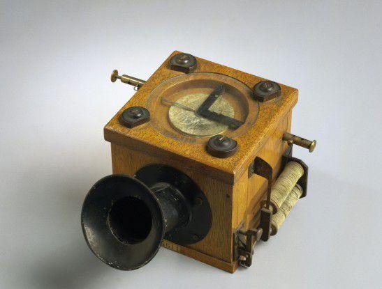 """Apps auf dem Telefon? Daran war beim ersten """"Telephon"""", das der hessische Physiker Johann Philipp Reis 1861 vorführte, nicht zu denken. Das Exponat des Deutschen Museums zeigt den """"Geber"""" - also das Mikrofon - des Telefons."""