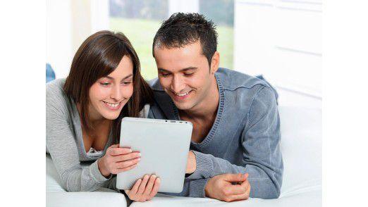 Schon jetzt nutzen Tablet-Nutzer ihr Spielzeug besonders gerne abends vor dem Fernseher.