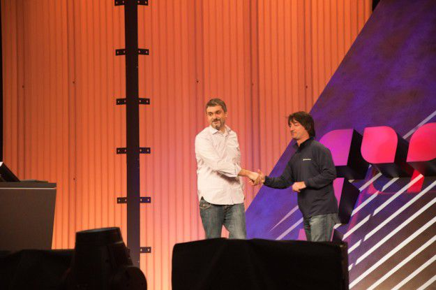 Marco Argenti von Nokia (links) bekräftigt die Abmachung zwischen beiden Konzernen - liefert aber keinen Hinweis, wann es die ersten Nokia-Smartphones mit Windows Phone 7 geben wird.
