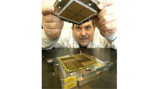Viel Prozessor, viel Leistung: Ein Technik baut eines der Multi-Chip-Module zusammen, die in IBMs Mainframe stecken.