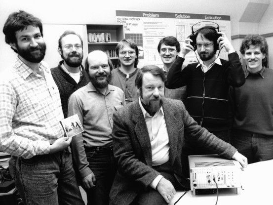 Das Fraunhofer IIS Audioteam 1987 (von links): Harald Popp, Stefan Krägeloh, Hartmut Schott, Bernhard Grill, Heinz Gerhäuser, Ernst Eberlein, Karlheinz Brandenburg und Thomas Sporer.