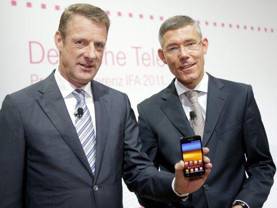 Die Telekom-Vorstände Niek Jan van Damme und Dr. Christian P. Illek mit dem Telekom Move.