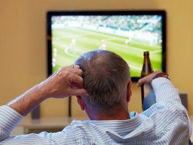 Auch wenn manche Privatperson das anders sehen mag: Ein Fernseher ist kein Grundbedürfnis, dessen Anschaffung das Finanzamt unterstützt.