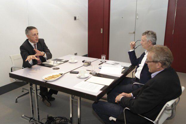 Volker Smid (links) im Gespräch mit CW_Chefredakteur Heinrich Vaske (vorn) und Jan-Bernd Meyer.