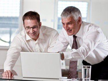 Heute bemühen sich immer mehr Unternehmen, ältere Mitarbeiter so lang wie möglich im Job zu behalten.