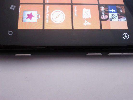 Herausragend - im negativen Sinne: Die seitlichen Tasten des Lumia 800.