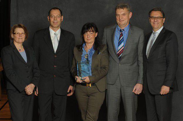Der Sonderpreis ging an die Q2Web GmbH (v.l.n.r.): Cornelia Rogall-Grothe (IT-Beauftragte der Bundesregierung), Jochen Mayer, Renate Weiler, Dieter Weiler (alle Q2Web GmbH), Hans-Joachim Otto (Parlamentarischer Staatssekretär beim BMWi).