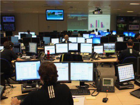 Vom zentralen Netzkontrollzentrum aus überwachen die Techniker das Olympia-Netz.