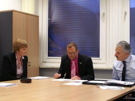 Sitzungen - sei es mit Vorgesetzten, sei es mit Teammitgliedern - sind für Projektleiterin Claudia Payer (im Bild mit zwei Kollegen) an der Tagesordnung.