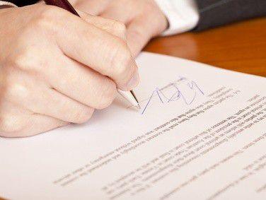 Ein schriftlicher Arbeitsvertrag bietet beiden Parteien Sicherheit.