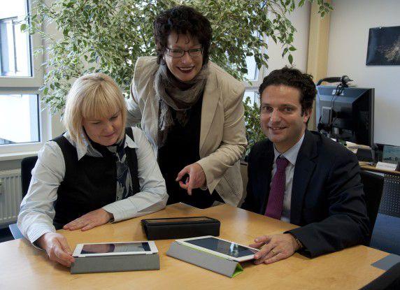 Stada-CIO Angela Weißenberger (Mitte), im Gespräch mit Projektleiter Dirk Peddinghaus und IT-Consultant Heike Neugebauer.