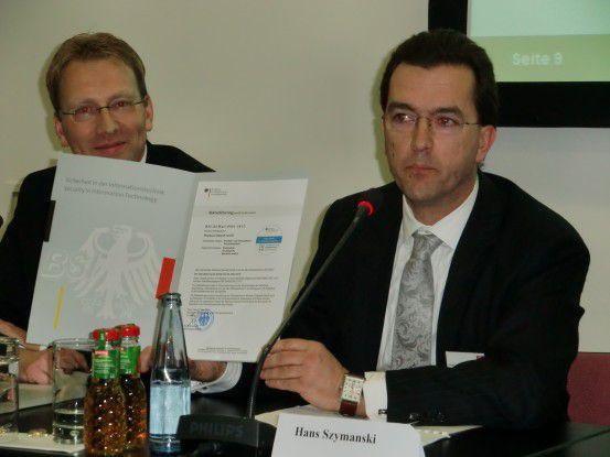 FP-Vorstandssprecher Hans Szymanski präsentierte stolz die De-Mail-Akkreditierungsurkunde mit der Nummer 1. Links neben ihm FP-Vorstand Andreas Drechsler.