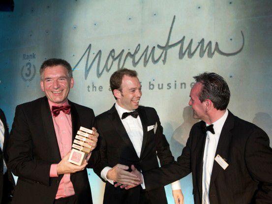 Über den dritten Platz in der Kategorie Mittelstand freuten sich Uwe Rotermund (links) und Thomas Dengler (Mitte)vom IT-Dienstleister Noventum.