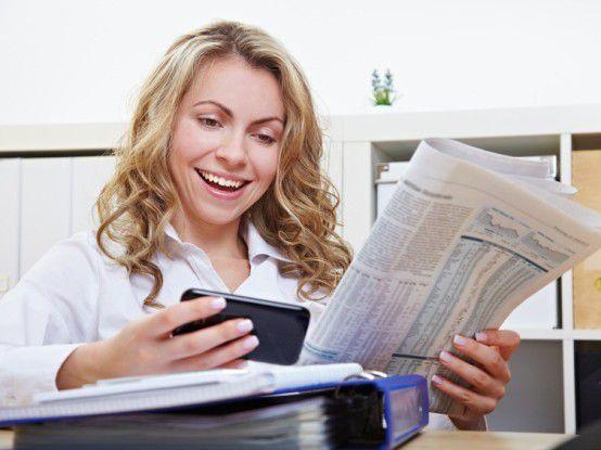 Ob über Zeitung oder Intenet, Bewerber sollten die Wirtschaftsnachrichten verfolgen und sich über Arbeitgeber informieren.