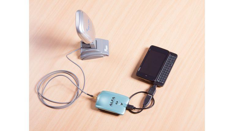 Mit den richtigen Tools lässt sich jedes WLAN aufspüren und auslesen. Hier eine Eigenbaukonstruktion aus 2-Watt-Alfa-Antenne (in Deutschland sind im praktischen Einsatz maximal 100 Milliwatt erlaubt), verbunden mit einem Nokia N900.