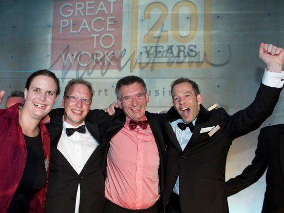 Noventum Geschäftsführer (Zweiter von rechts ) freut sich in Berlin mit seinen Mitarbeitern Tamara Wagner, Olaf Braam und Thomas Dengler über das gute Abschneiden beim europäischen Wettbewerb Great Place to Work.
