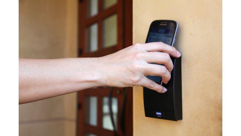 Das Smartphone als Türöffner - für iPhone-User bleibt das weiterhin ein Traum, da Apple kein NFC-Chip verbaut.