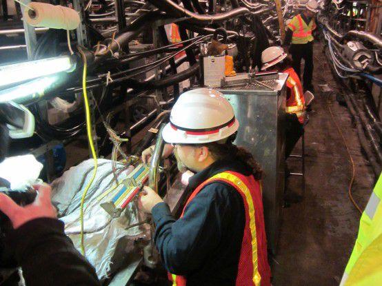 Verizon-Techniker reparieren in zwölf-Stunden-Schichten die TK-Infrastruktur.