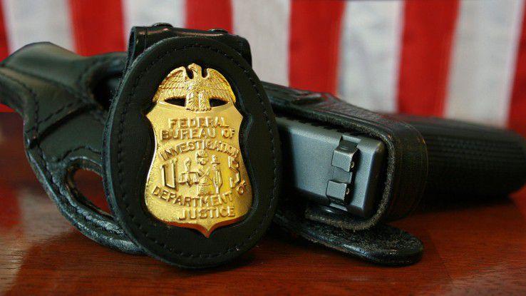 Dienstmarke und -waffe eines FBI-Agenten