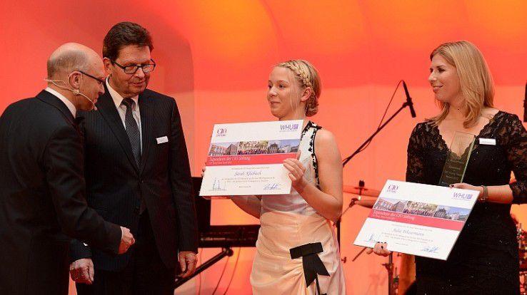 Die Gewinnerinnen des CIO Talent-Awards 2012 sind Julia Wiesermann (rechts), Deutsche Bank, und Sarah Kliebisch von E.ON. Ausgezeichnet wurden sie von IDG-Verlagsleiter Michael Beilfuss (links) und Antonio Schnieder, Aufsichtsratsvorsitzender bei Capgemini.