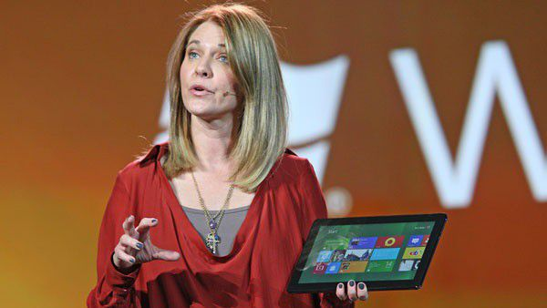 Tami Reller, Microsofts Chief Marketing Officer, zeigt ein Tablet mit Windows 8 auf der CES.