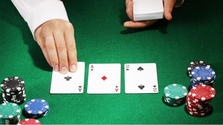 Wenn sich in Verhandlungen keiner der Beteiligten mehr bewegt, kann jeder Schritt in die falsche Richtung die Verhandlung zum Scheitern bringen. Es ist wie beim Poker: Mit einer falschen Entscheidung kann man auch ein gutes Blatt verlieren.