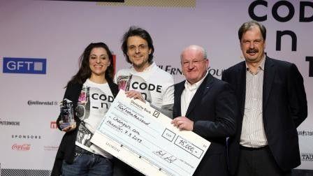 Daniela Schiffer und Markus Schulz (changers.com, links) freuen sich über das Preisgeld aus den Händen von Ulrich Dietz (GFT).