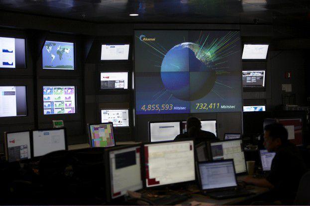 Mit Hilfe ihrer Monitoring-Systeme können die Techniker Hacker-Attacken frühzeitig erkennen