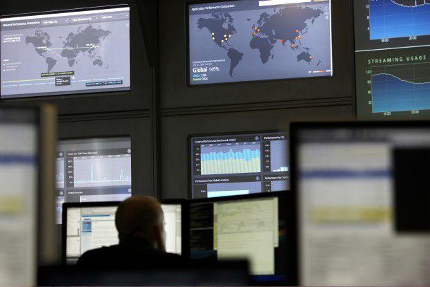 Im NOCC überwachen Techniker rund um die Uhr die Performance des Internets.