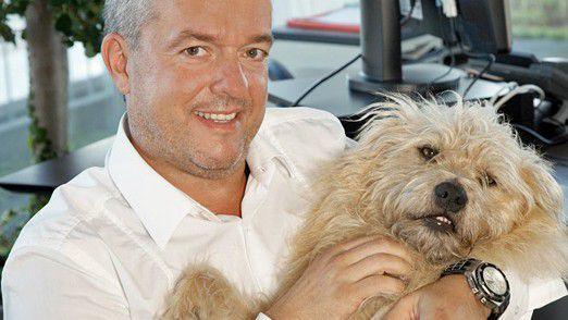 Fressnapf-Chef Torsten Toeller mit seinem Hund Sunny: Sein Unternehmen bleibt IT-Dienstleister QSC bis 2019 verbunden.