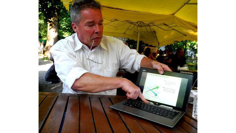 Strategie-Direktor Meinolf Althaus von Fujitsu zeigt, wie sich das Stylistic Q702 vom Notebook in ein Tablet verwandeln lässt.