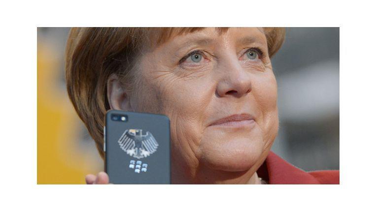 Die Bundeskanzlerin mit dem Merkel-Phone. Tatsächlich nutzt Angie aber nicht das reine Touchscreen-Modell Z10, sondern wohl die Tastenversion Q10.