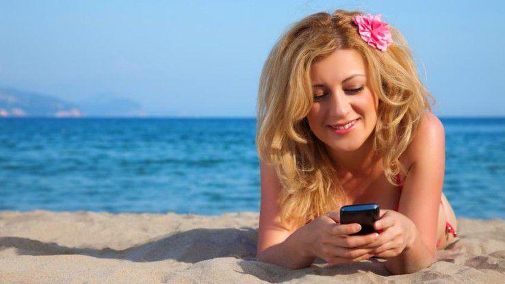 Am Strand lauert Gefahr für Handys: Sand und Wasser schaden den Geräten.