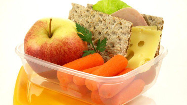 Packen Sie sich ab und zu ein Lunchpaket. Aber essen Sie nicht vor dem Bildschirm!