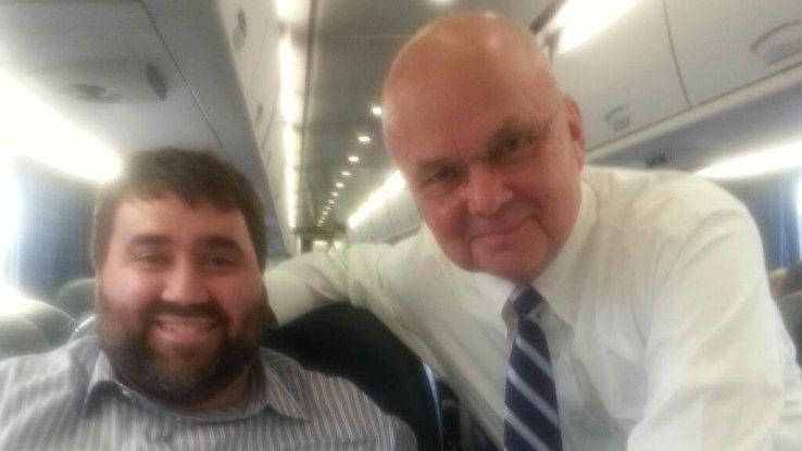Michael Hayden (r.) im Zug mit dem Twitterer Tom Matzzie.