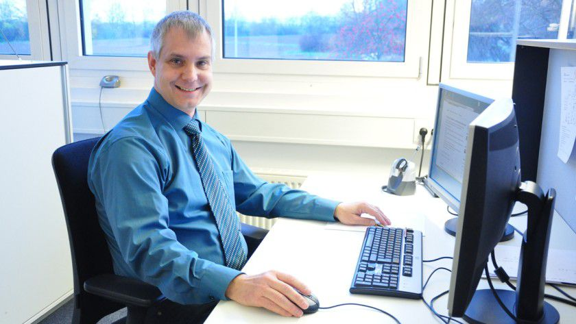 Einen Großteil seiner Arbeitszeit verbringt der technische Leiter Thorsten Luft vor dem Bildschirm - sei es beim Kunden oder im eigenen Büro.