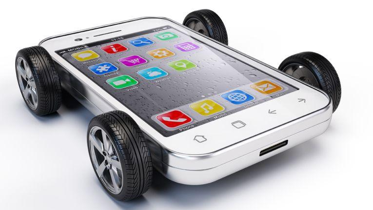 Apps sind auch beim Autofahren nützliche Helfer.