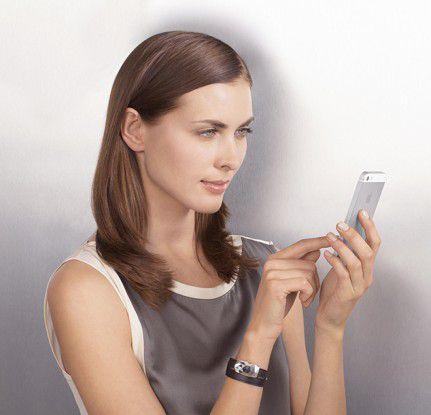 In dem Schmuckarmband steckt ein Sensor, der die über den Tag konsumierte UV-Menge Dosis misst und bei drohender Überdosis Alarm schlägt.